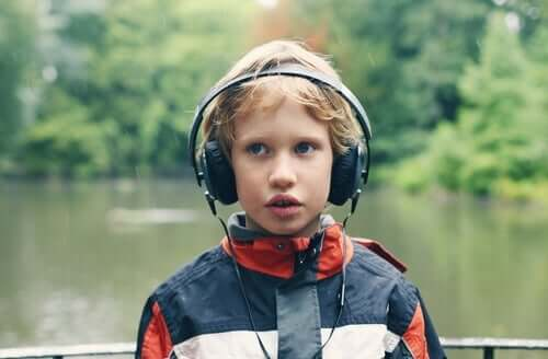 En gutt med autisme har på hodetelefoner