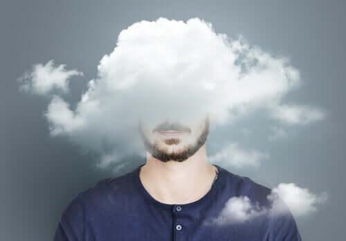 En mann med hodet i en sky