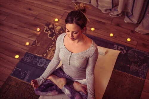 En kvinne mediterer mot søvnproblemer
