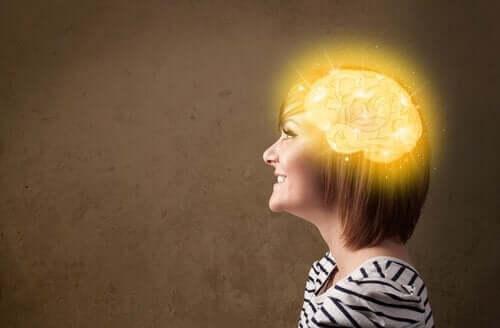 En kvinne med lykkesonen i hjernen opplyst.