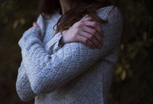 Kronisk selvoppofrelse: En kvinne som klemmer seg selv.