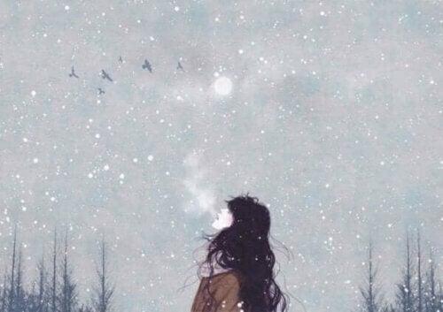 En kvinne som puster kald luft.