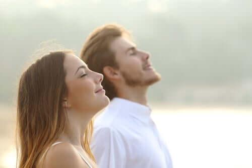 En mann og en kvinne puster dypt.