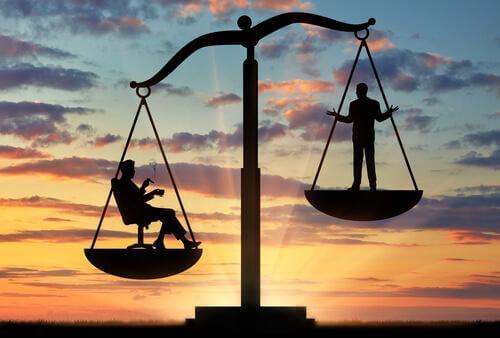 En vekt som balanserer to personer.