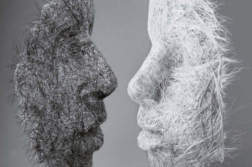 Et bilde av en svart maske og hvit maske vendt mot hverandre som symboliserer ideen om at vi kan endre vår personlighet.