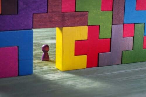 Et bilde som viser tre Tetris-blokker stablet opp med en åpning ved gulvet.