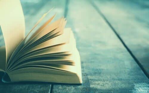 En åpen bok som ligger på tre