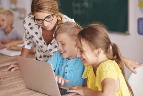 Barn som får omvendt undervisning.