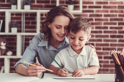 En mor som hjelper sønnen sin med å gjøre lekser