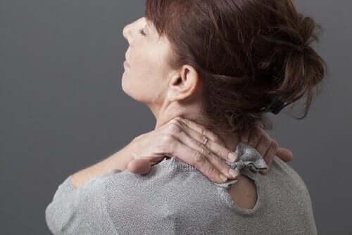 Symptomer på nakkesleng inkluderer stivhet.