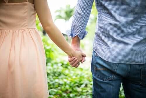 Påvirker tilknytningsstilen i barndommen romantiske forhold?