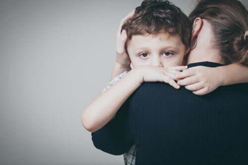En mor og sønn som klemmer hverandre