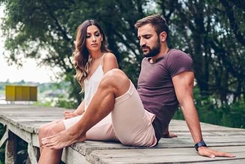 En mann og en kvinne som sitter ute sammen