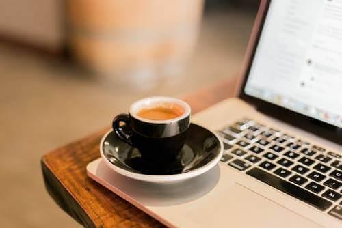 En kaffe på en bærbar datamaskin