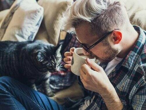 En man og en katt