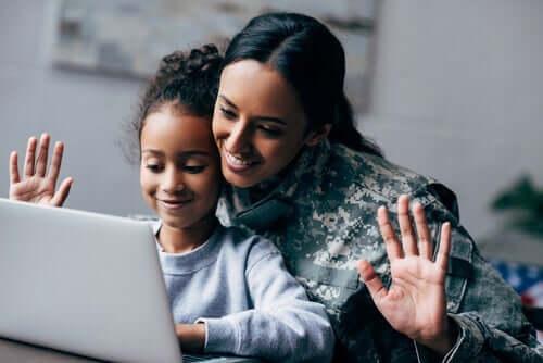 Mor og barn foran datamaskinen