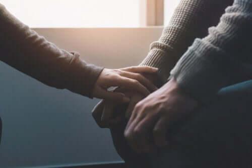 En person får støtte fra noen andre ved psykiske helseproblemer