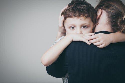 Barndomsangst: Symptomer og behandling