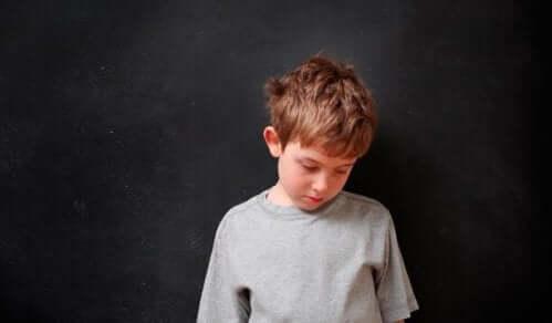 En gutt som føler seg skyldig fordi han gjorde det dårlig.