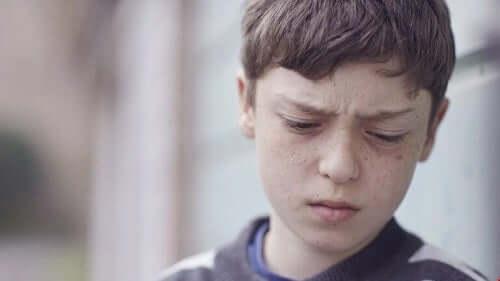 En gutt som ser trist ut