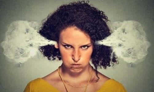 En kvinne som er så sint at det kommer røyk ut av ørene hennes.