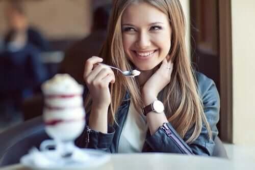 En kvinne som spiser is.