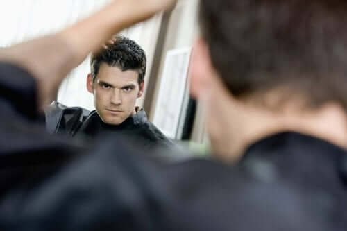 En narsissist som ser på seg selv i speilet.