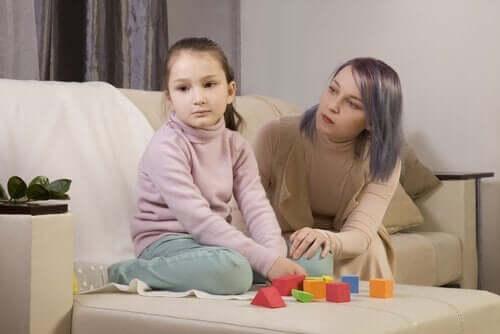 En person som prøver å forholde seg til en autistisk person.