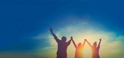 Entusiastiske mennesker ved soloppgang.