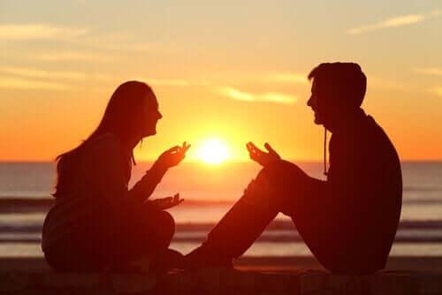 Et par som snakker ved solnedgang.