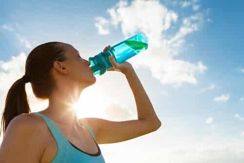 Fem grunner til å begynne å drikke mer vann