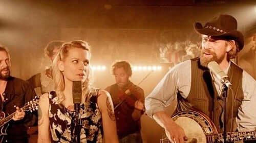 Hovedpersonene synger i Alabama Monroe.