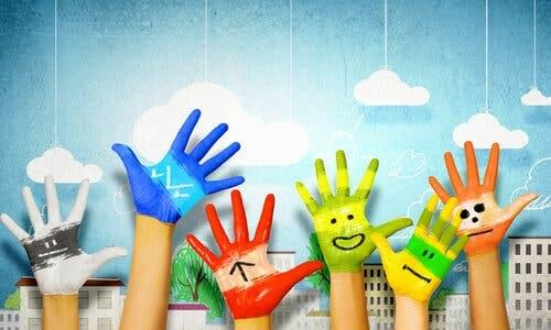 Kunstens betydning for barns utvikling: hender med håndmaling