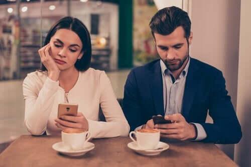 Mobiltelefoner kan skade forhold og forårsake mangel på empati