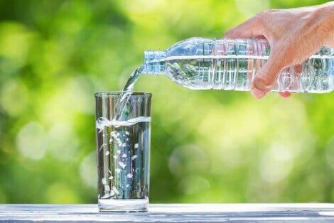 Noen heller et glass med vann.