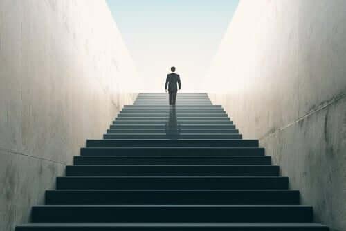 En dresskledd mann går oppfor en lang trapp