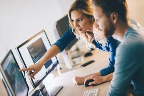 To personer som ser på en dataskjerm.
