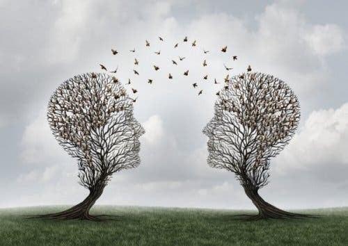 To trær i form av menneskelige hoder som kommuniserer.