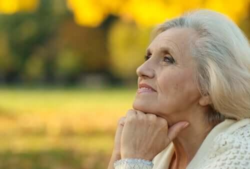 En eldre kvinne som er ute