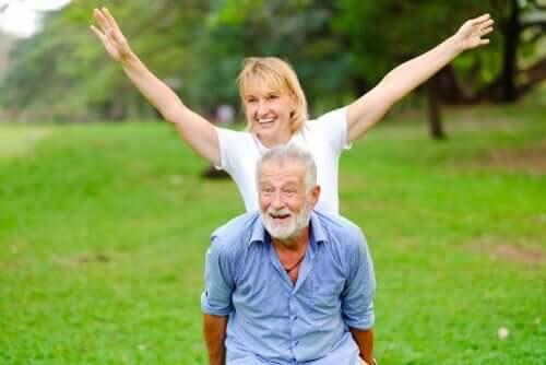 Et eldre par som har det moro
