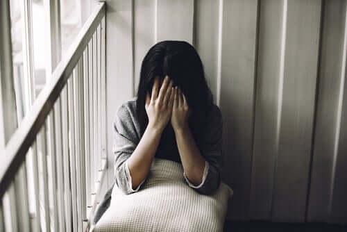 Kvinne med dysmorfisk lidelse.