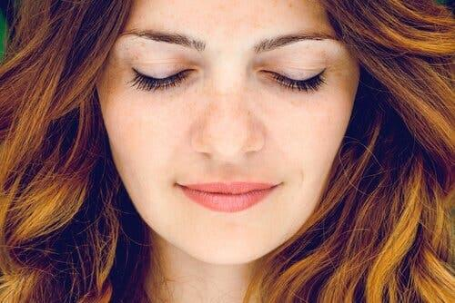 Kvinne med lukkede øyne.