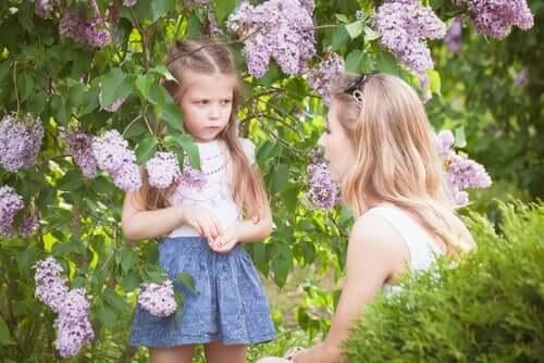 En mor som snakker med datteren sin