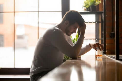 En mann som drikker alkohol