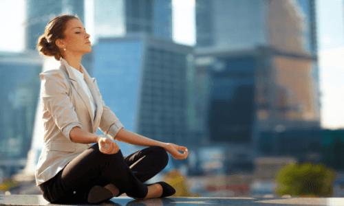 En kvinne som mediterer
