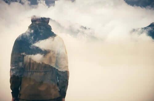 En person og himmel i et bilde