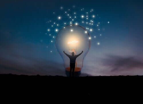 En person som står foran en stor lyspære