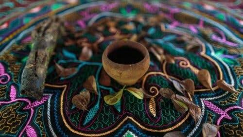 Ayahuasca i en kopp på en gargerik duk.