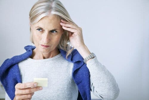 En eldre dame som lider av kognitiv svikt på grunn av herpes simplex-virus.