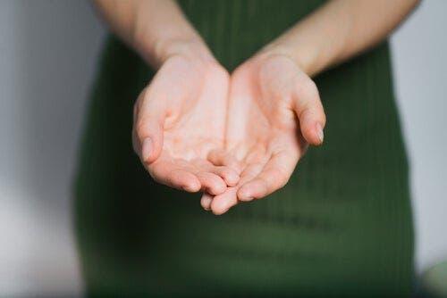 En kvinnes hender.